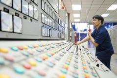 Miniera dello zinco Assistente tecnico nella sala di controllo Immagine Stock Libera da Diritti