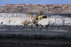 miniera di carbone con la macchina dell'escavatore fotografia stock libera da diritti