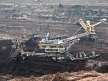 Miniera di carbone con un escavatore della Secchio-ruota Immagine Stock