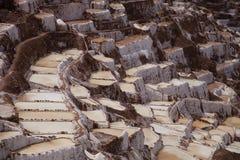 Miniera di sale all'aperto inca nelle Ande, Perù immagini stock