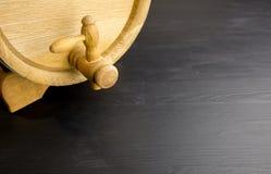 Minifaß auf schwarzem hölzernem Hintergrund lizenzfreie stockfotografie