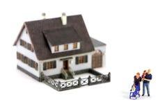 Minifamilie und Haus Lizenzfreie Stockbilder