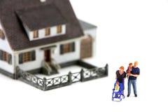 Minifamilie und Haus Lizenzfreie Stockfotografie