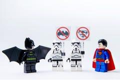 Minifigure Batman de LEGO CONTRA superhombre y stormtrooper Fotografía de archivo