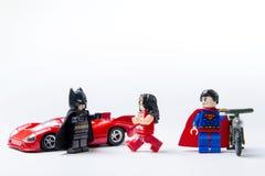 Minifigure Batman de LEGO CONTRE Superman et brutal Photographie stock