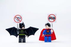 Minifigure Batman de LEGO y superhombre Fotografía de archivo