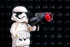 Minifigure de Lego First Order Stormtrooper avec la sableuse sur b noir image stock