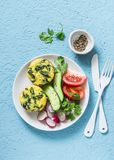 Minifrittata van de spinaziecheddar en groentensalade op blauwe achtergrond, hoogste mening Ontbijt, snack, voorgerechten royalty-vrije stock foto