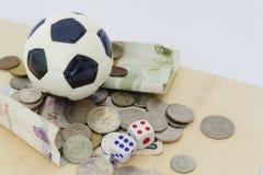 Minifußball auf Spielkarten mit würfelt und Geld in der unterschiedlichen Währung Lizenzfreie Stockbilder