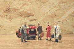 Minigeschäftsmann- und Touristenleute mit Auto Stockbild