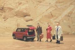 Minigeschäftsmann- und Touristenleute mit Auto Stockfotografie