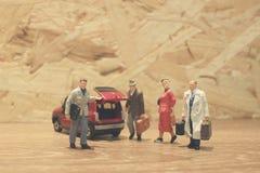 Minigeschäftsmann- und Touristenleute mit Auto Stockbilder