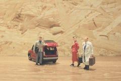 Minigeschäftsmann- und Touristenleute mit Auto Lizenzfreies Stockfoto