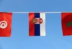 Minigewebeschienenflagge von Serbien, ist es eine Trikolore von drei Banden von rotem Blauem und weiß mit dem wenigen Wappen nach stockbilder