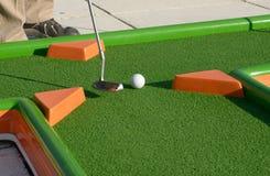 Minigolf boll på en kurs Royaltyfri Bild