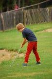 Minigolf gracza kładzenie na trójniku Zdjęcie Royalty Free