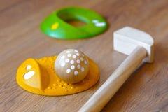 Minigolf-Holz für Kinder Golfclub und ein Ball während eines Minigolfspiels Kind-` s Spiele zu Hause Stockfotos