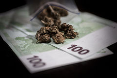 Minigrip con marijuana y dinero Fotos de archivo libres de regalías