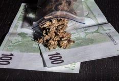 Minigrip con marijuana y dinero Imagen de archivo libre de regalías