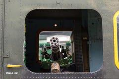 Minigun en el Iroquois de Bell UH-1 del helicóptero de la puerta Fotos de archivo
