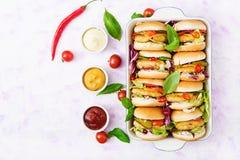 Minihamburgers met kippenhamburger, kaas en groenten Stock Foto's
