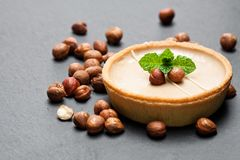 Minihazelnoot en chocolade scherp op zwarte steenachtergrond Stock Foto's