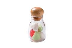 Miniherzseife in der Glasflasche auf weißem Hintergrund, Geschenk für uns Stockfotografie