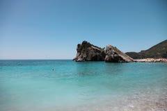 Miniinsel mit Felsen Stockfotografie