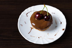 Minikaastaart met chocolade en kers Royalty-vrije Stock Foto