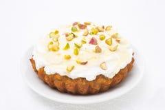 Minikarottenkuchen mit mascarpone, Honig, Pistazien auf einer Platte Stockfotos