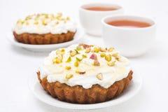 Minikarottenkuchen mit mascarpone, Honig, Pistazien, schwarzer Tee Stockbild
