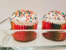 Minikleine kuchen in der Glasplatte lizenzfreie stockfotografie