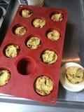 Minikleine kuchen des selbst gemachten paleo Avocado-Brotes und wedgwood Petit-Four Platte stockbild