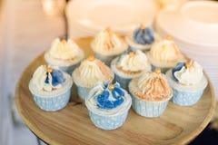 Minikleiner kuchen auf Hochzeitsfest Lizenzfreies Stockbild