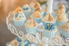 Minikleiner kuchen im Hochzeitsfest Lizenzfreies Stockbild