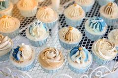 Minikleiner kuchen im Hochzeitsfest Stockbilder