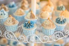 Minikleiner kuchen im Hochzeitsfest Stockfoto