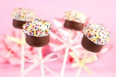 Minikuchen auf Steuerknüppeln Stockfoto