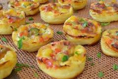 Minikuchen mit Mais und grünem Pfeffer Stockfoto