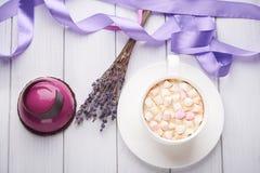 Minikuchen mit Schwarzer Johannisbeere und sahnigem Kremeis Stockfotos