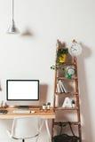Minimaal bureau op witte achtergrond Stock Foto's