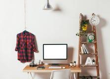 Minimaal bureau op witte achtergrond Royalty-vrije Stock Foto's