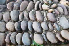 Minimaal de steenplak van de zolder bruin rots het lopen sleepvoetpad met de achtergrond van de stromend waterirrigatie Het buite stock foto's