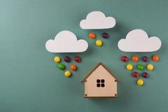 Minimaal ontwerp met miniatuur houten stuk speelgoed huis stock fotografie