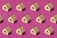 Minimaal ontwerp met miniatuur houten stuk speelgoed huis Textuur royalty-vrije stock foto's