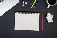 Minimaal werkend bureau met laptop en lege blocnotepagina Stock Foto