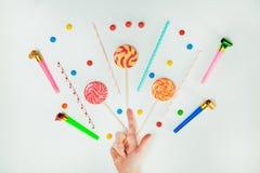 Minimal plat étendu par fond blanc de main de lucette de bonbons au chocolat Image stock