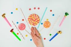 Minimal plat étendu par fond blanc de main de lucette de bonbons au chocolat Photos libres de droits
