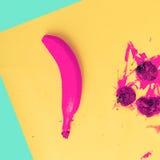 Minimale Art der rosa Banane und der rosa Erdbeere Stockfotos