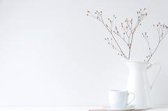 Minimale elegante samenstelling met koffiekop en witte vaas Royalty-vrije Stock Fotografie